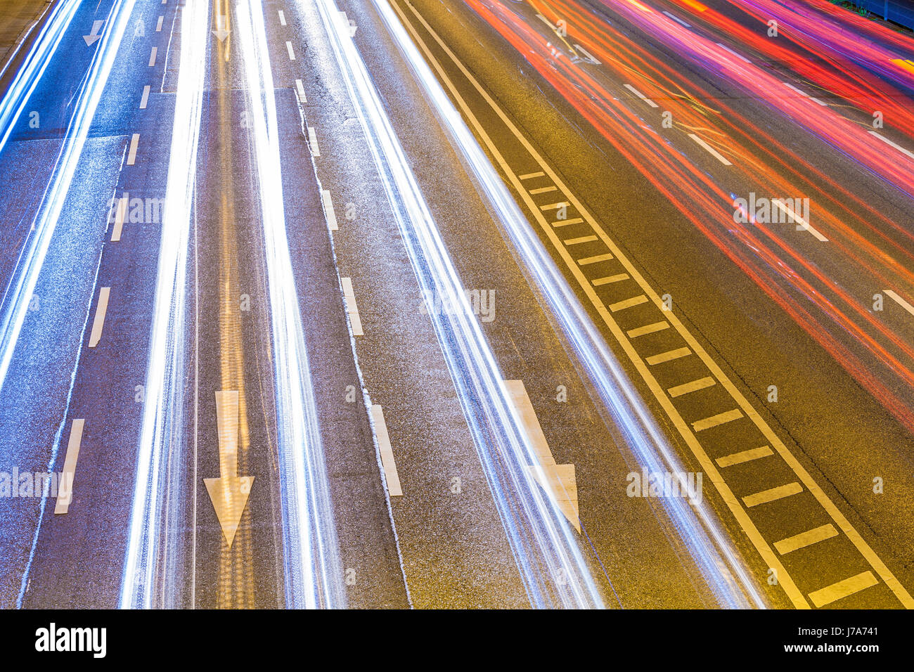 Deutschland, Baden-Württemberg, Stuttgart, B14, Bundesstraße, Lichtspuren bei Nacht, Pfeile, Verkehr, - Stock Image