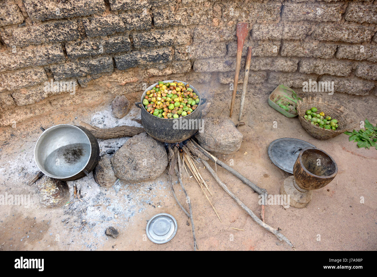 Burkina Faso, village Toeghin, cooking of the fruits of the shea tree - Stock Image