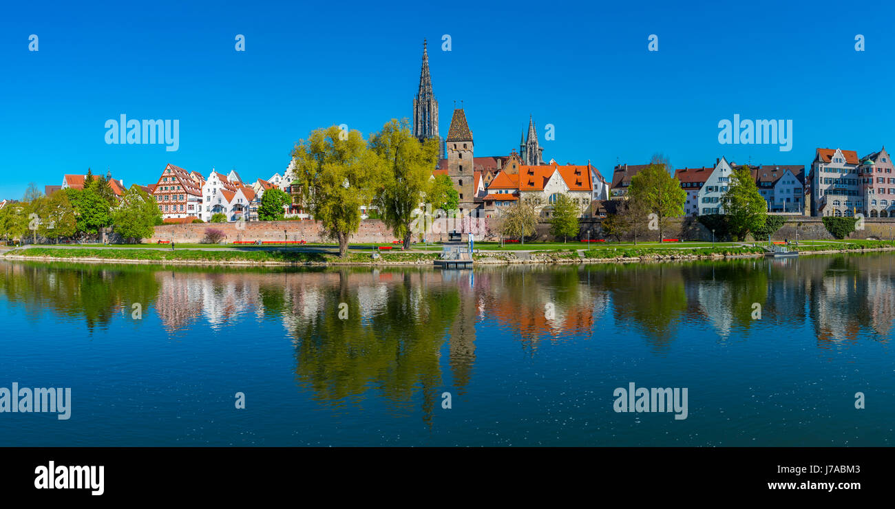 Panorama ueber die Donau nach Ulm mit Ulmer Muenster und Metzgerturm, Baden-Wuerttemberg, Deutschland, Europa Stock Photo