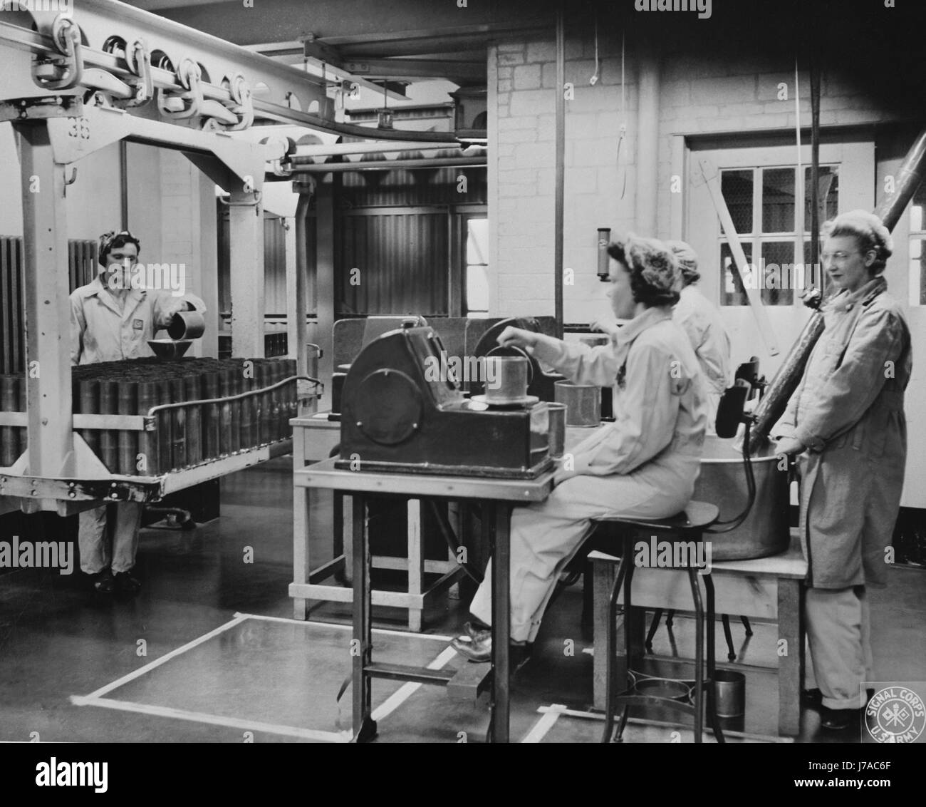 Women weighing the propelling charges of smokeless powder, 1943. - Stock Image