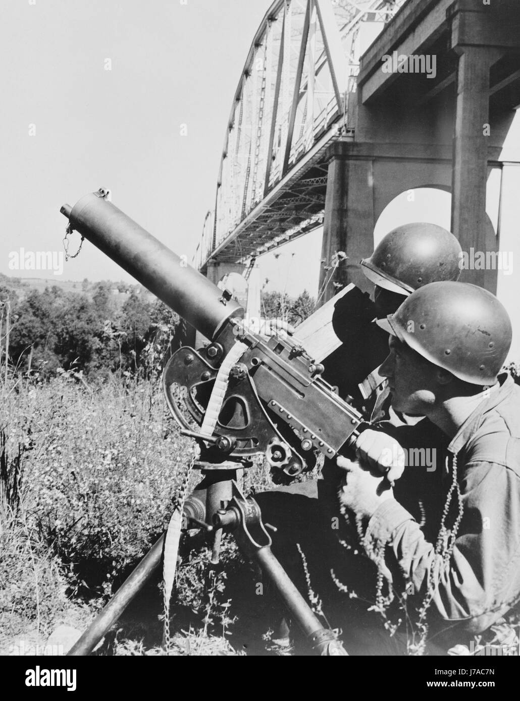 American soldiers with their heavy machine gun weapon, circa 1942. - Stock Image