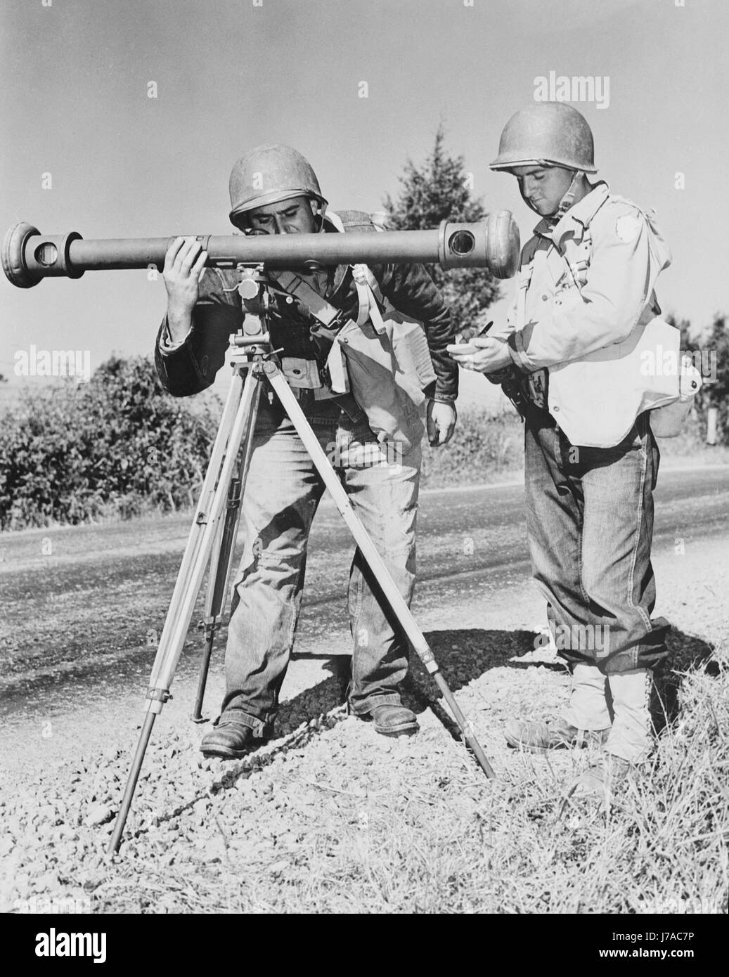 American soldiers sight through a rangefinder, circa 1942. - Stock Image