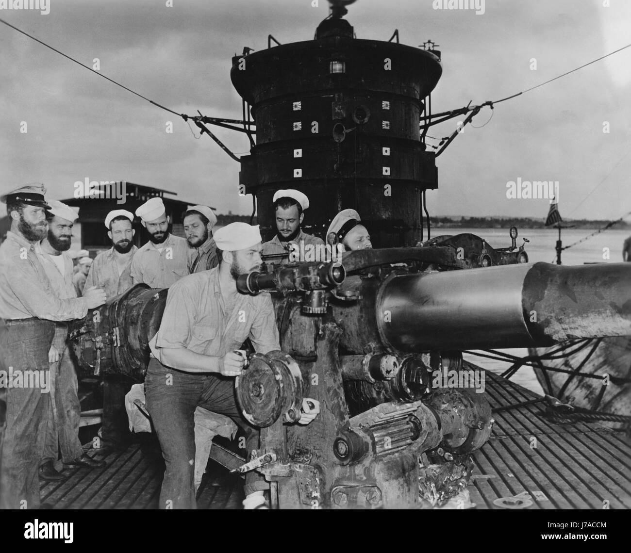 Crewmembers aboard USS S-44 manning the submarine's 4/50 caliber deck gun, 1943. - Stock Image