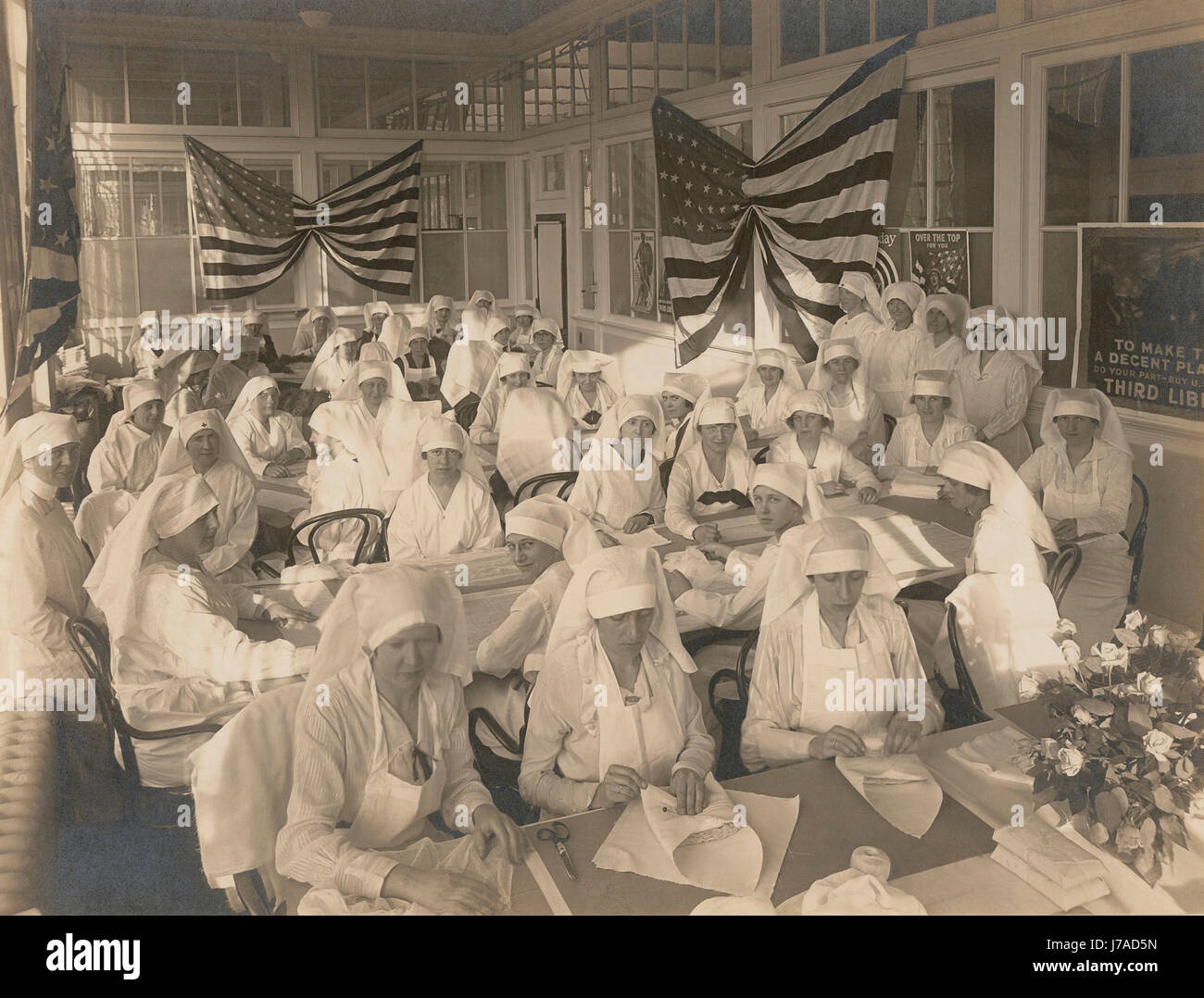 Office workers volunteering to pack bandages for the American Red Cross, 1919. - Stock Image