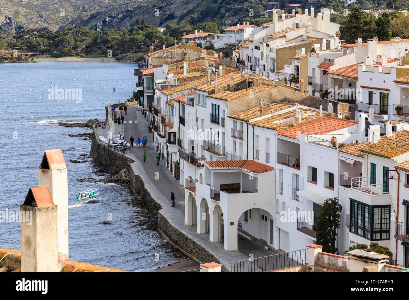 Spain, Catalonia, Costa Brava, Cadaques, D'en Pitxot street and sea side - Stock Image