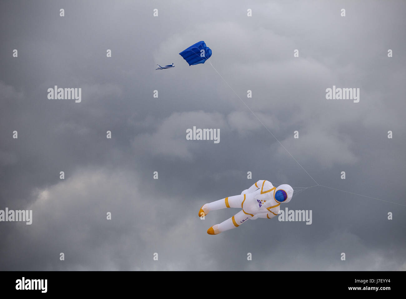 Berlin, Germany. 24th May, 2017. An astronaut shaped kite is seen flown over Tempelhofer feld (Tempelhof Park) in - Stock Image