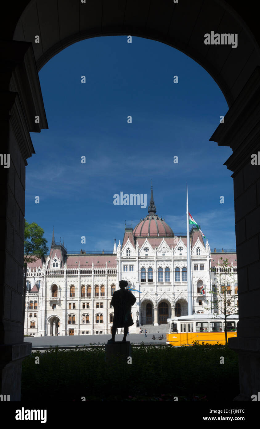 Hungary, Budapest. Parliament Building seen from opposite building with separate sculptures of human beings - Stock Image