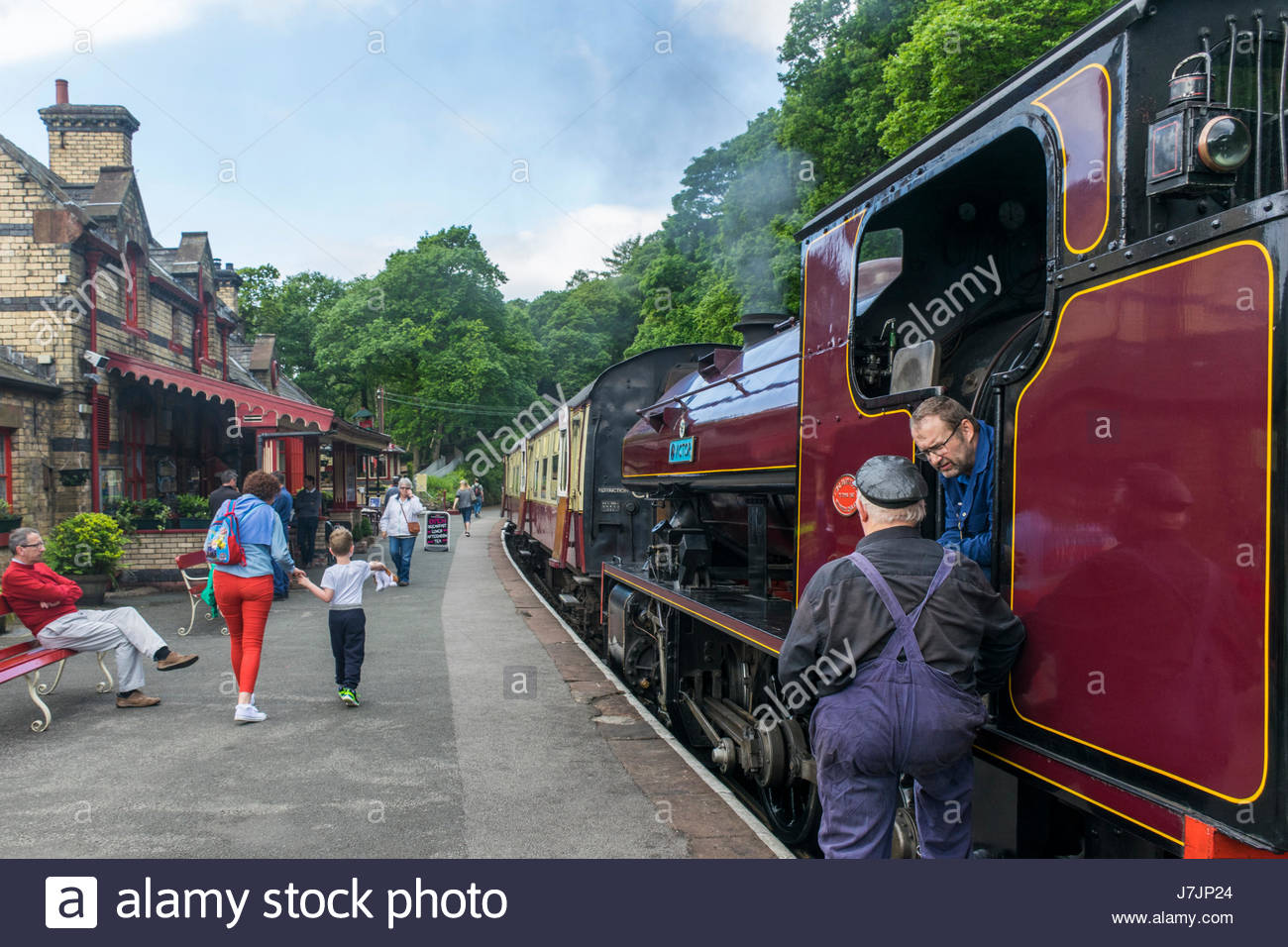 A saddle tank steam engine ready to depart from the platform at Lakeside on the Lakeside and Haverthwaite Railway. - Stock Image