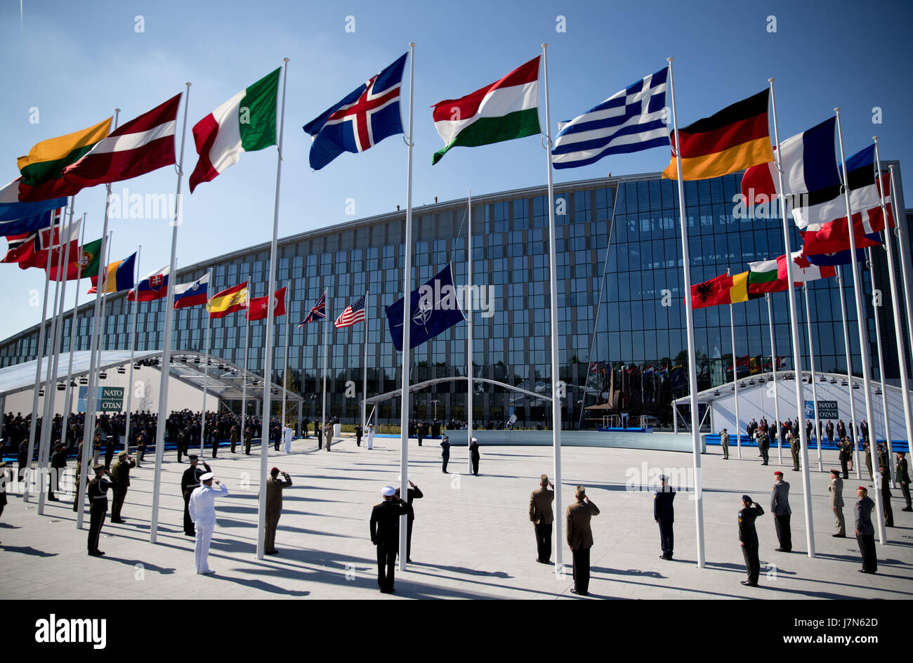 Brussels, Belgium. 25th May, 2017. The flags of the NATO member states are hoisted during the ceremonial handover - Stock Image