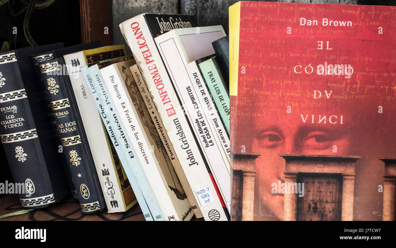 The Da Vinci Code ( Spanish version) by Dan Brown in old telephone kiosk in Spain; converted into book exchange/library - Stock Image