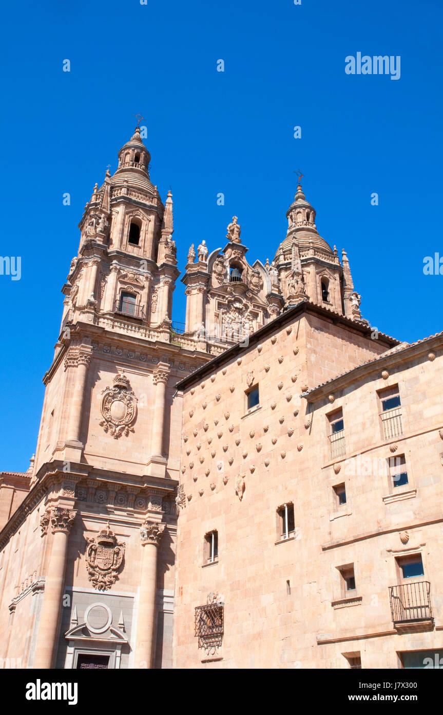 Clerecia church and Casa de las Conchas. Salamanca, Spain. - Stock Image