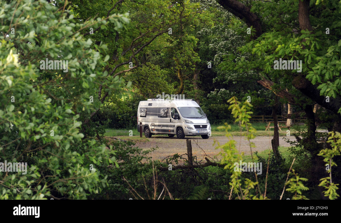 MOTORHOME PARKED IN SECLUDED CAMPING WOODED AREA RE CAMPING CAMPERVAN CAMPER VAN SECLUSION HOLIDAY - Stock Image