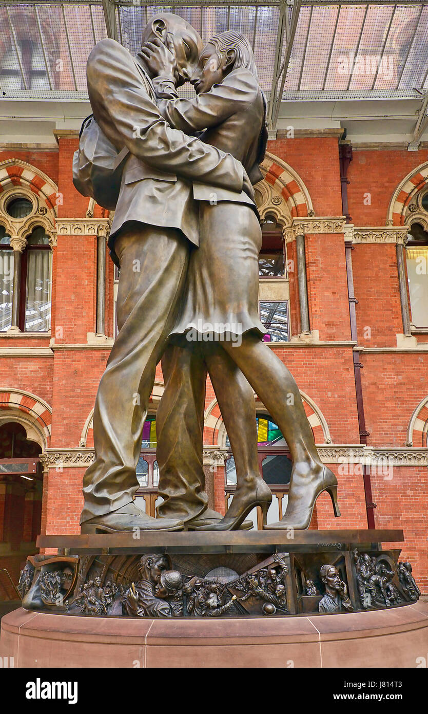 England, London, St Pancras railway station on Euston Road, The Meeting Place statue by Paul Day. - Stock Image