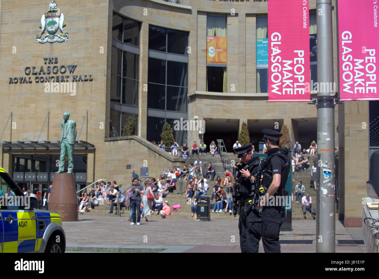 Glasgow, Scotland, UK. 26th May, 2017.  The weather brought Glaswegians out into the green spaces of George Square, Stock Photo