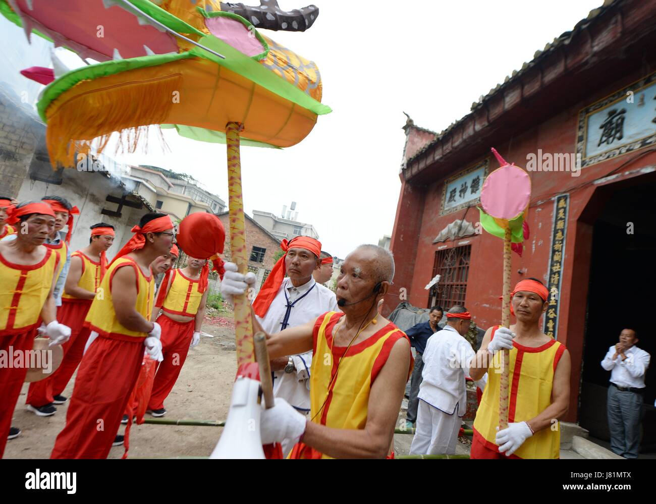 Pingxiang. 26th May, 2017. Villagers are ready to depart during a land boat parade in Wusi Village of Xiangdong - Stock Image
