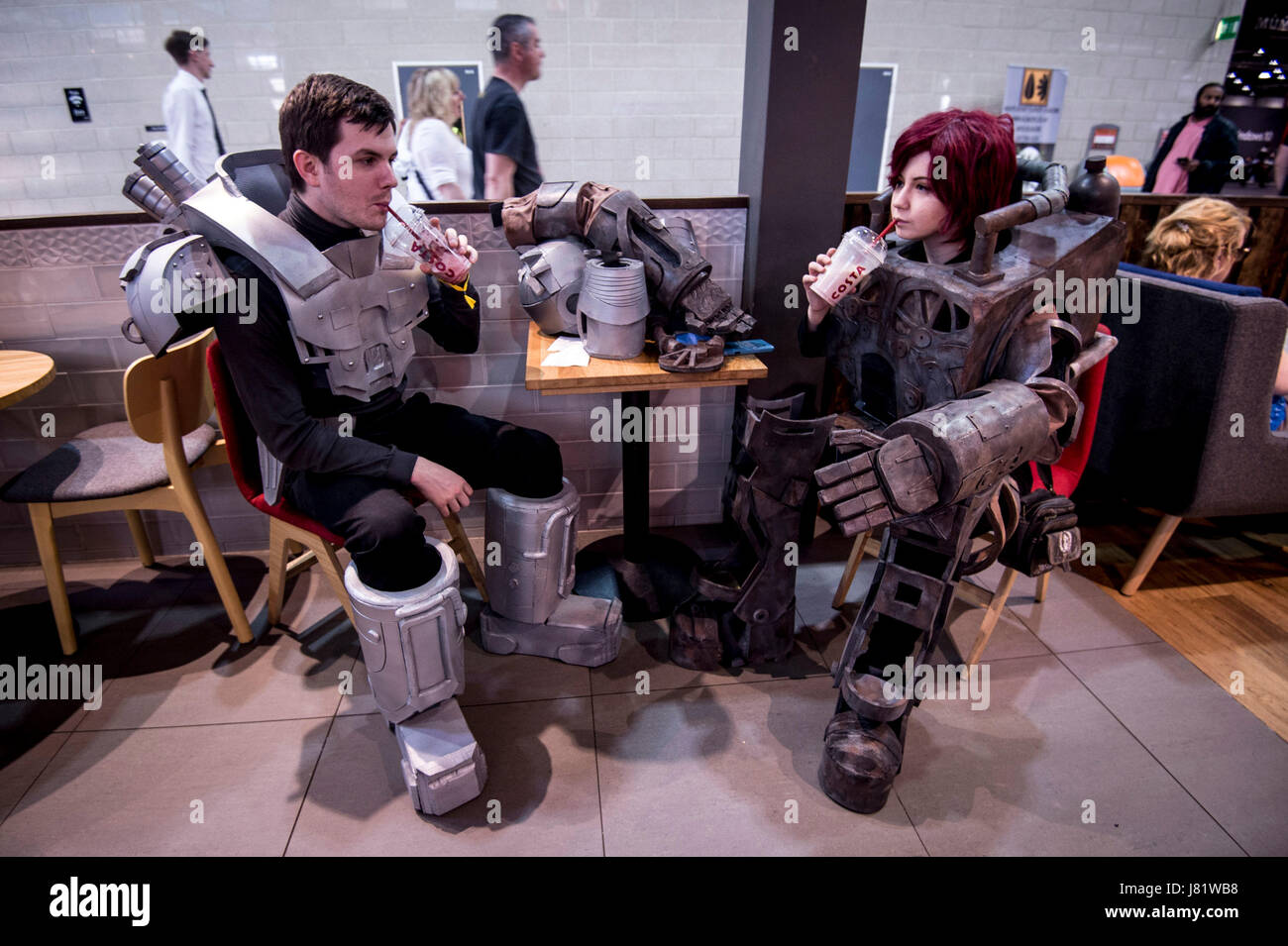 EDITORIAL USE ONLY @Blox_Blox and @Triskiedeka, two cosplayers dressed as robots from Fallout, enjoy a cold drink - Stock Image