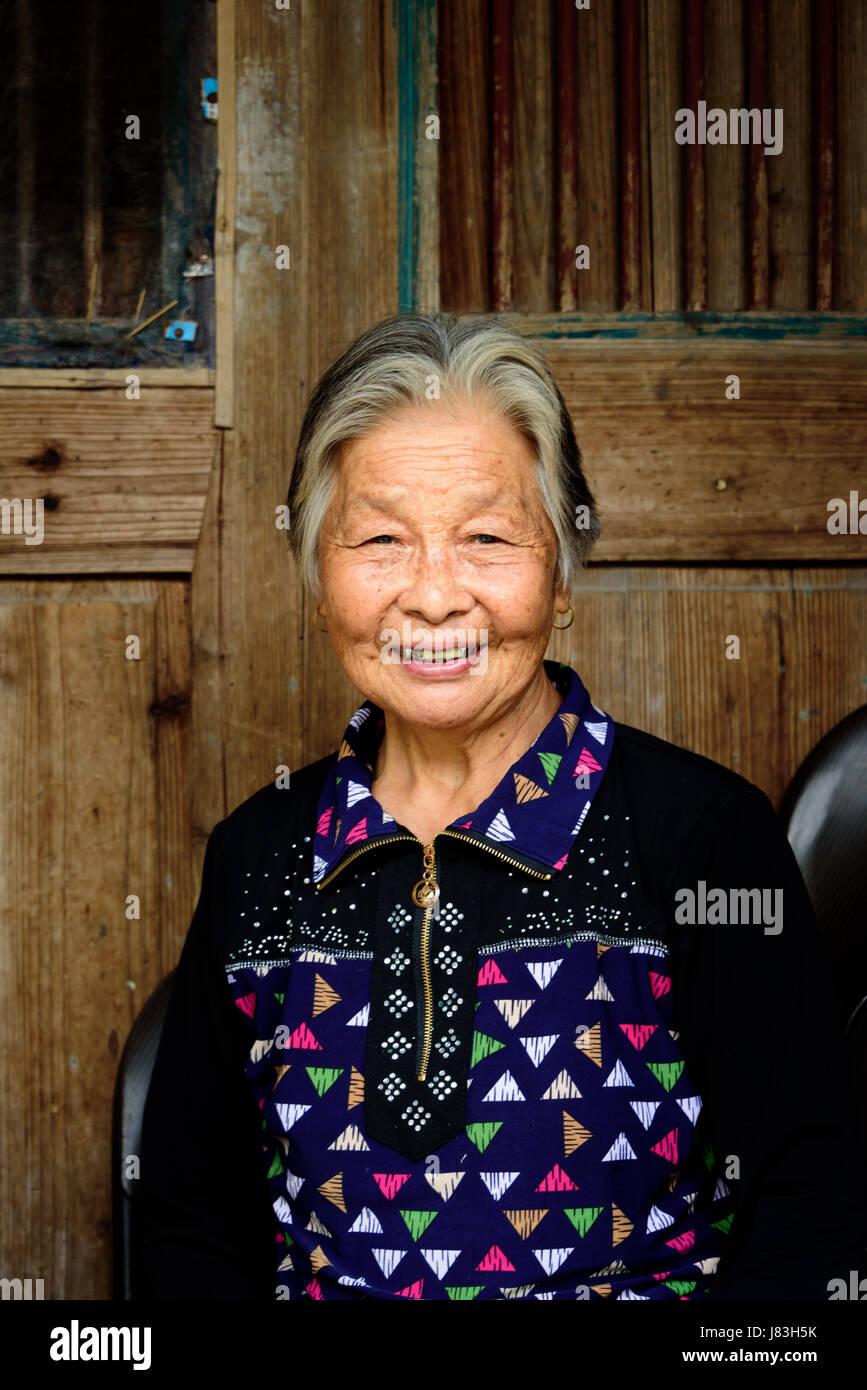 An elderly Chinese woman smiles in Linkeng or Lingshang ancient village, Yongjia County, Zhejiang province, Nanxi - Stock Image