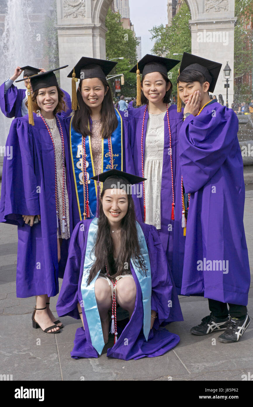 Graduates of New York University pose for a group photo in front of the arch in Washington Square Park in Greenwich - Stock Image