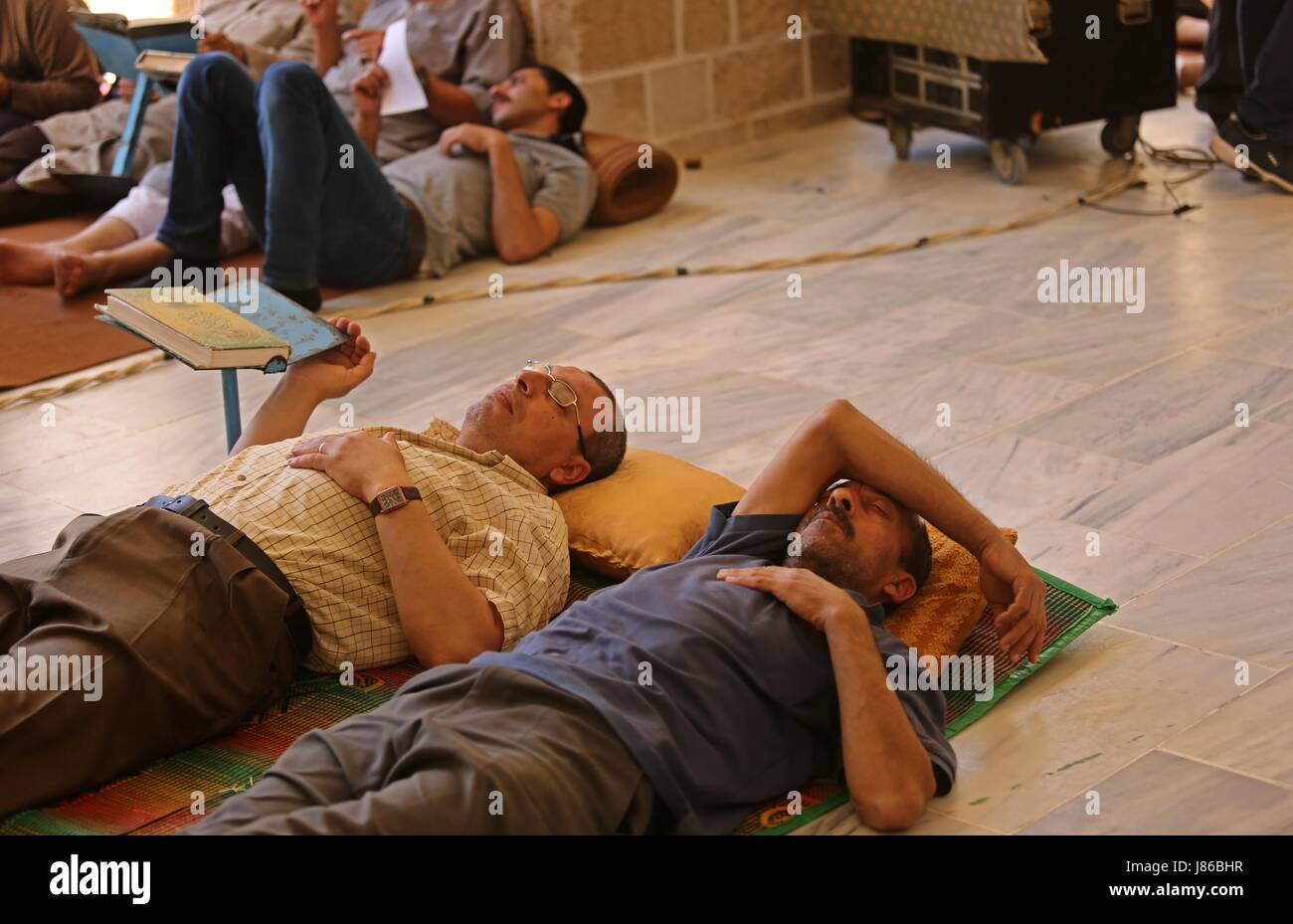 Gaza City, Gaza Strip, Palestinian Territory. 27th May, 2017. Palestinian men take nap on the first day of fasting - Stock Image