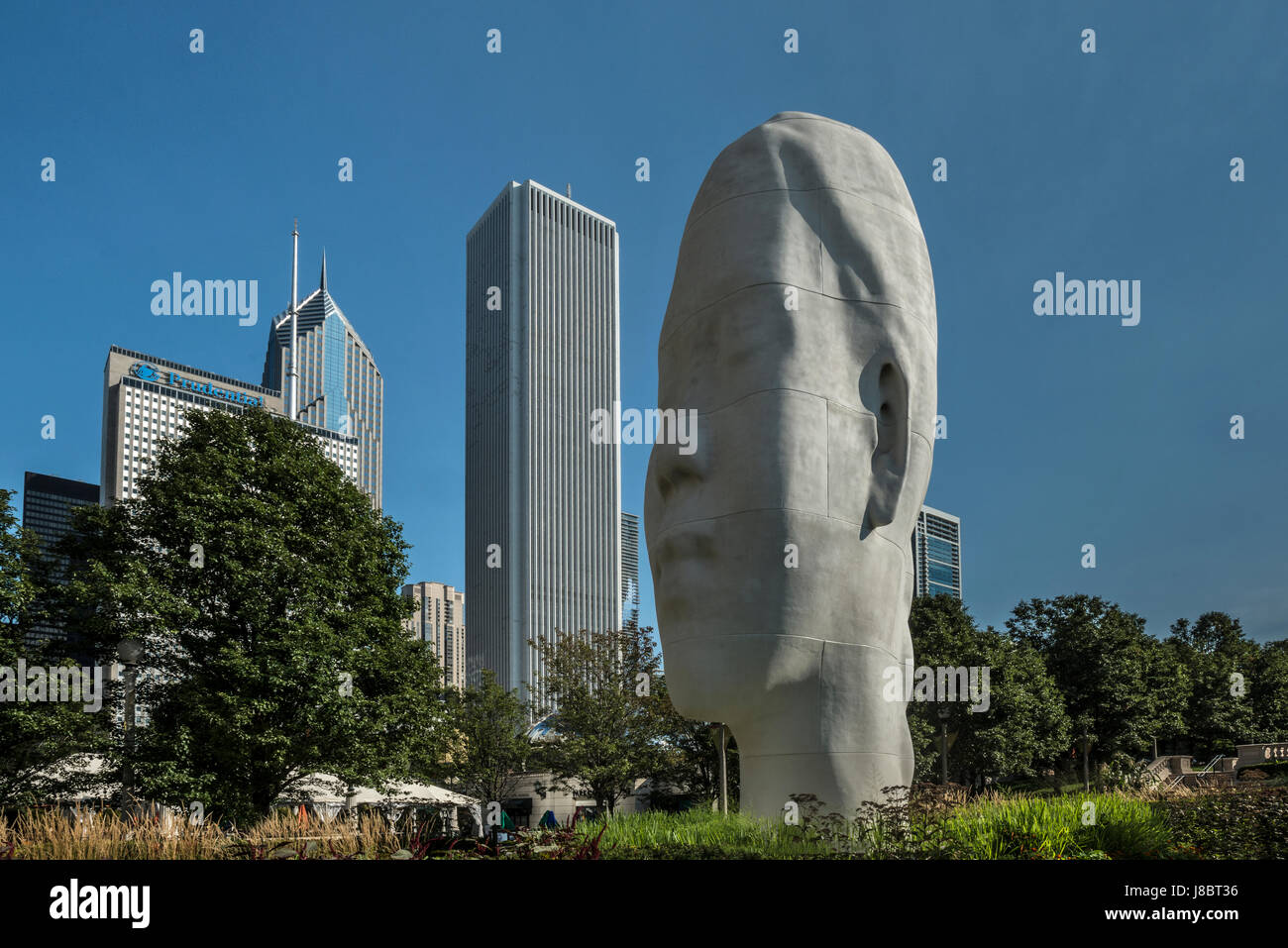 Chicago Skyline and Jaume Pensa colossal head at Millenium Park  from Michican Avenue USA - Stock Image