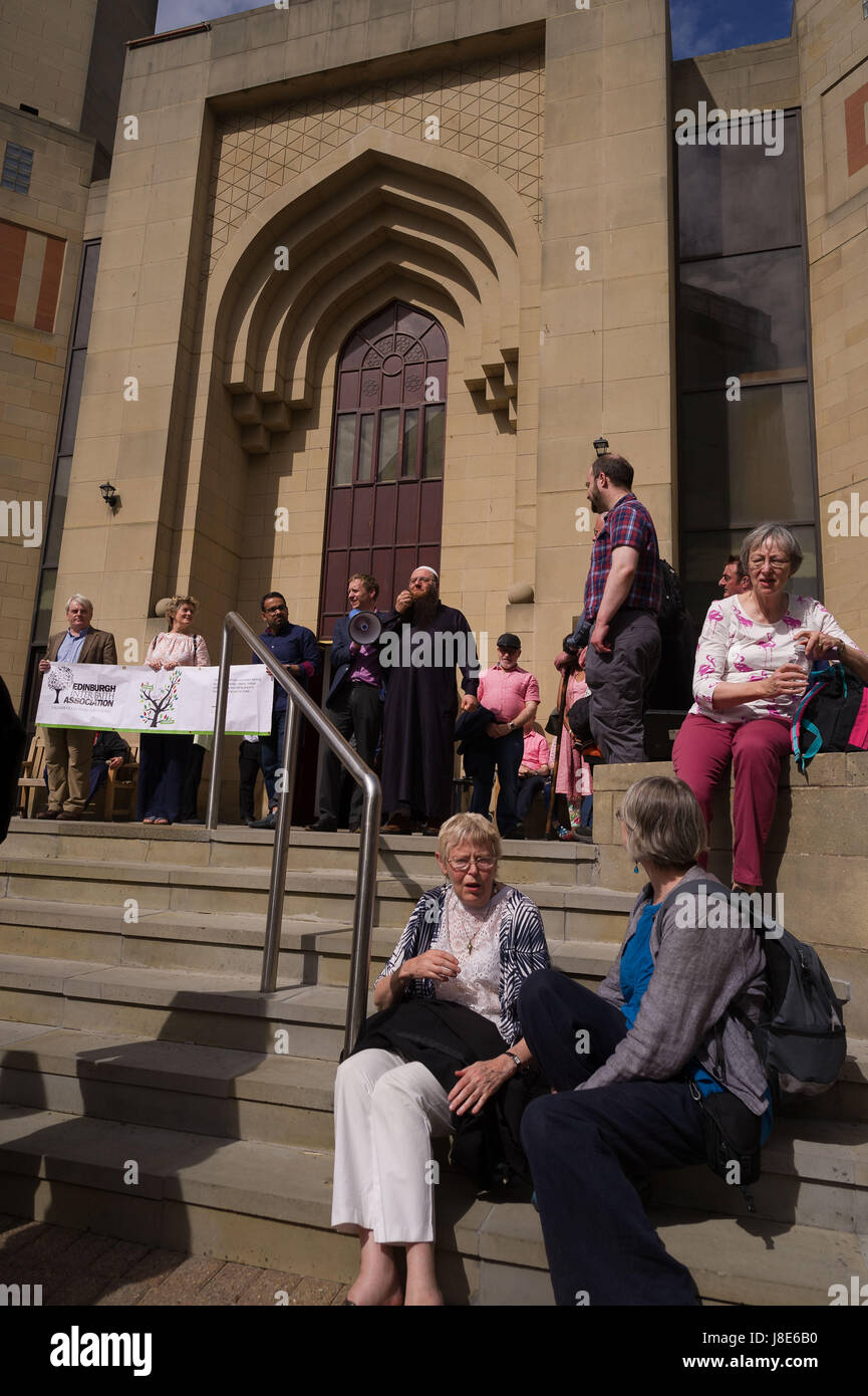 Edinburgh, UK. 28th May, 2017. An interfaith peace walk takes place in Edinburgh, setting off from St Mary's Roman Stock Photo