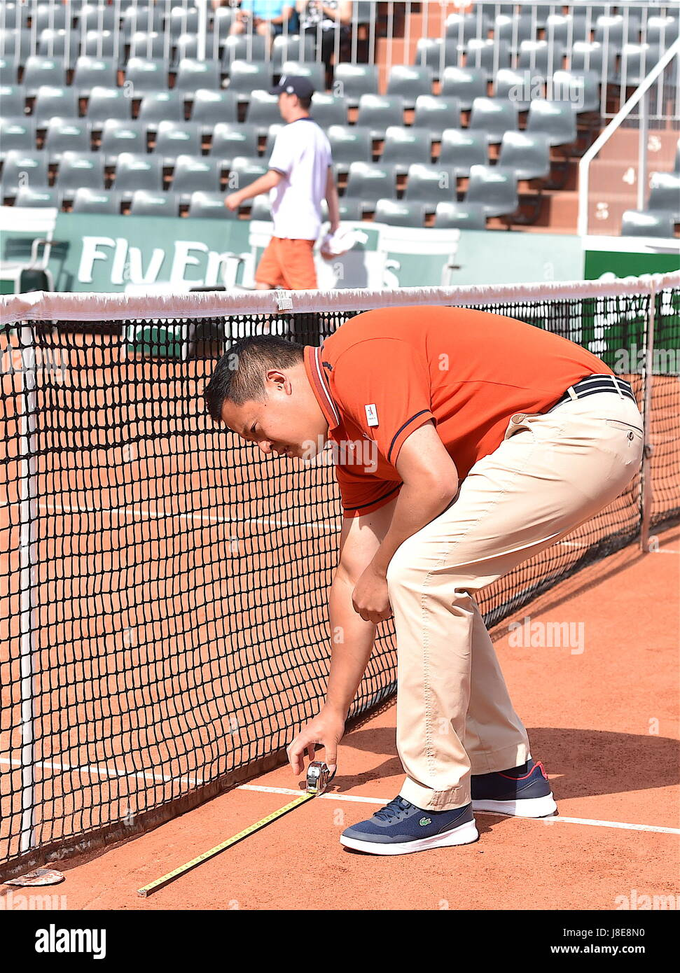 Tennis, Paris, 28.05.2017, Roland Garros, first turn French Open 2017, the referee James Keothavong checks the distances - Stock Image