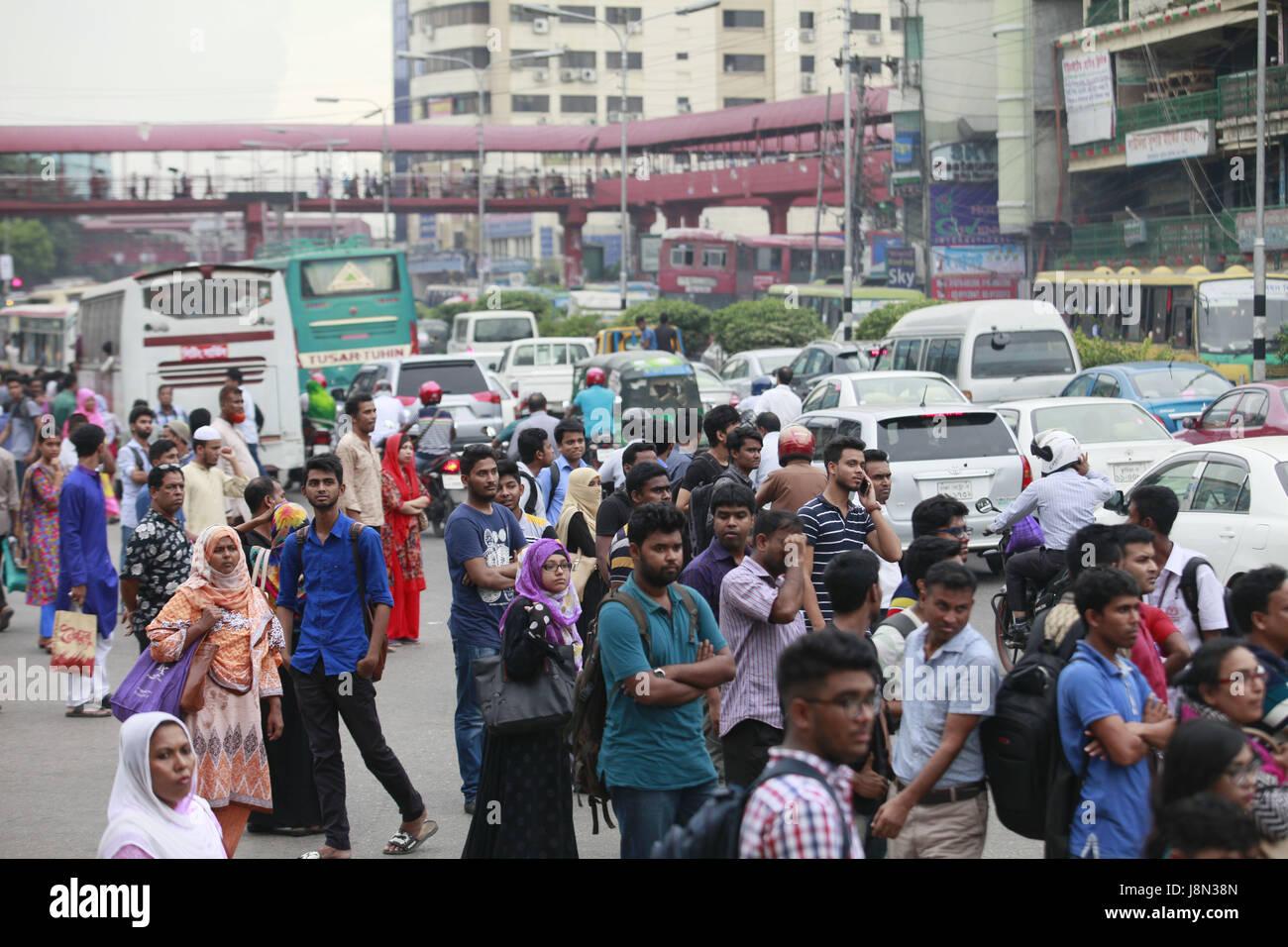 Dhaka, Bangladesh. 29th May, 2017. Bangladeshi people wait for ...