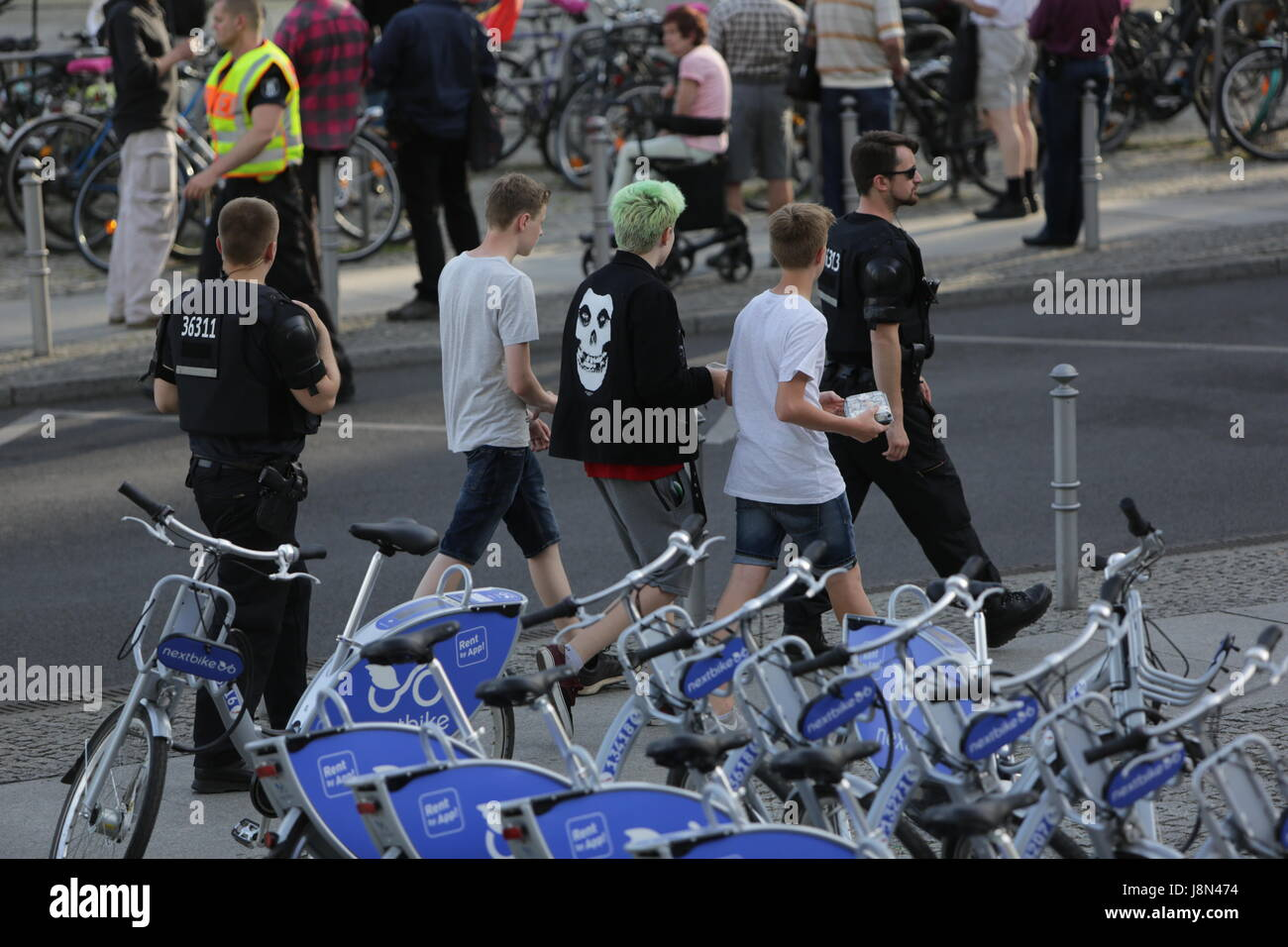 Berlin Germany 29th May 2017 Police Officers Escort A Group Of Youth Past The Protest A Handful Of Right Wing Protesters Came To Their Weekly Rally In