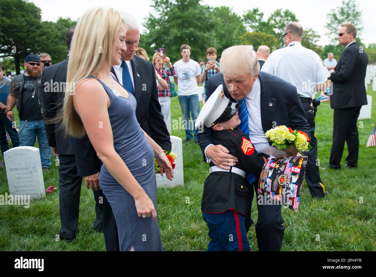 Arlington, USA. 29th May, 2017. U.S. President Donald Trump is hugged by Christian Jacobs, 6, dressed in a Marine - Stock Image