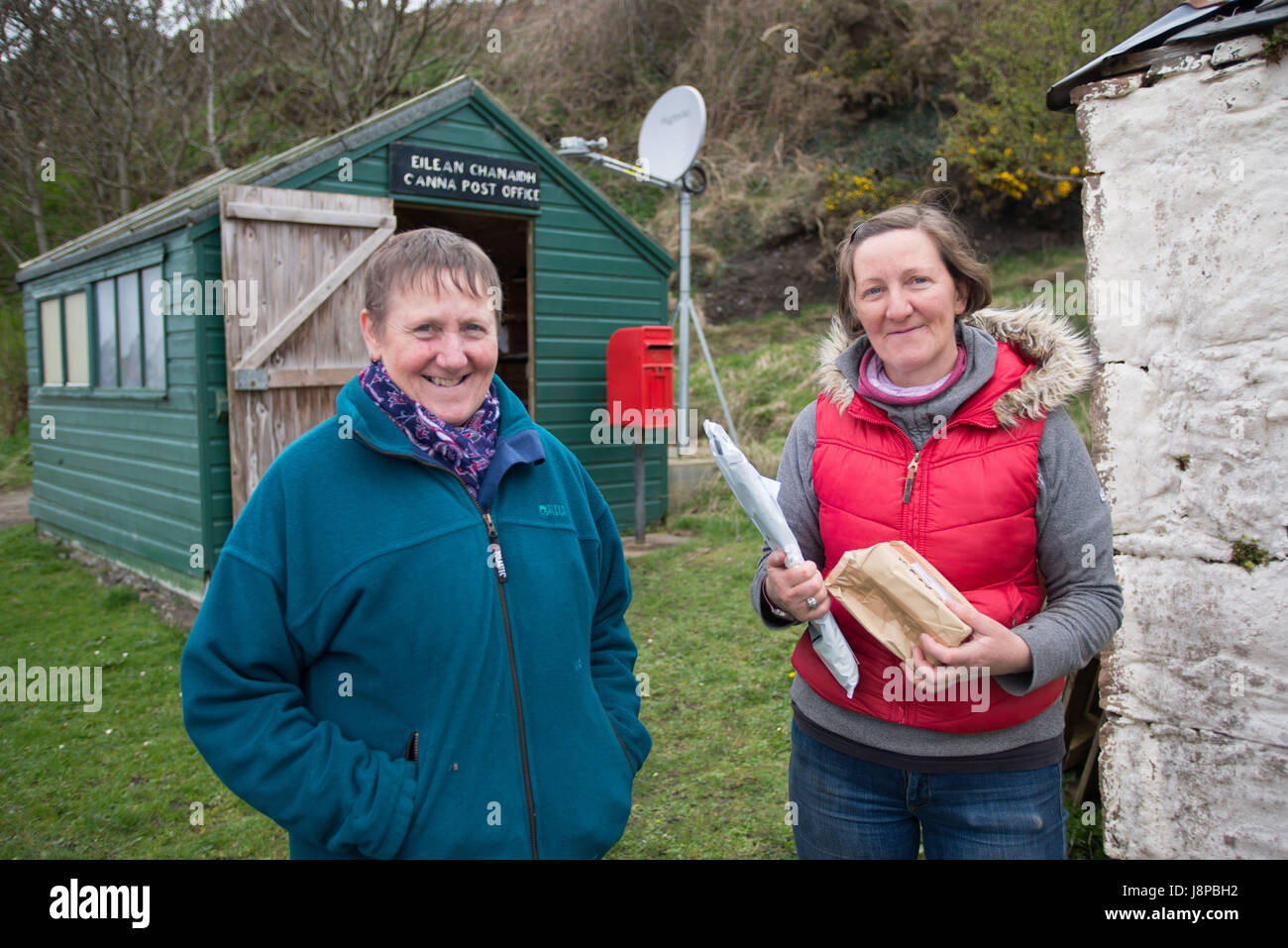 Winefride MacKinnon (left) and her sister Ishbel outside the post office on the Island of Canna, inner Hebrides - Stock Image