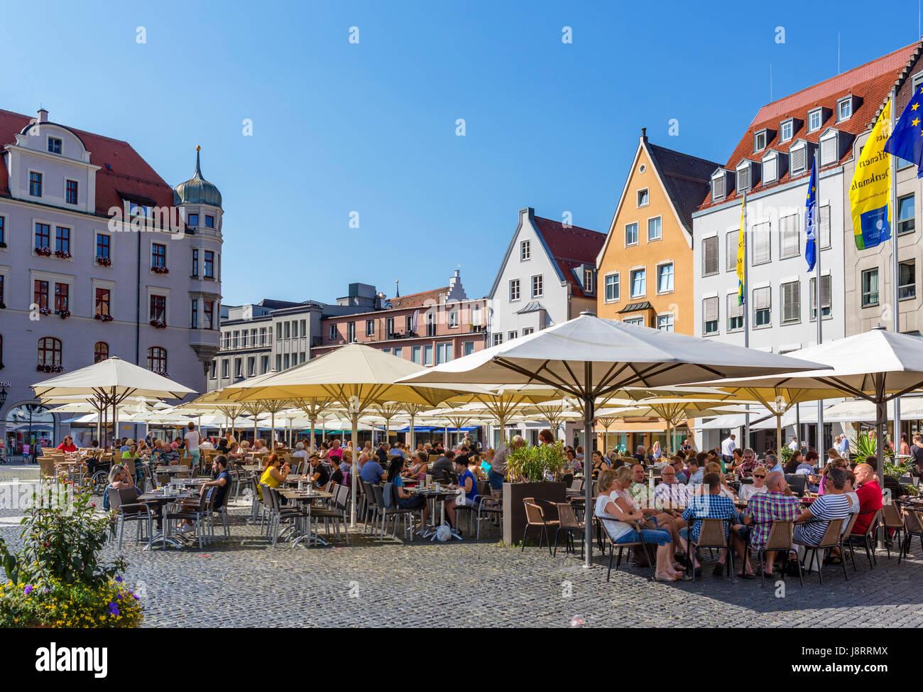 Sidewalk cafe in Rathausplatz, Augsburg, Bavaria, Germany - Stock Image