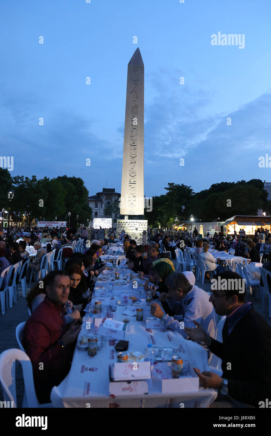 ISTANBUL, TURKEY - MAY 27, 2017: People are eating the evening meal during Ramadan in Sultanahmet square. Sultanahmet - Stock Image