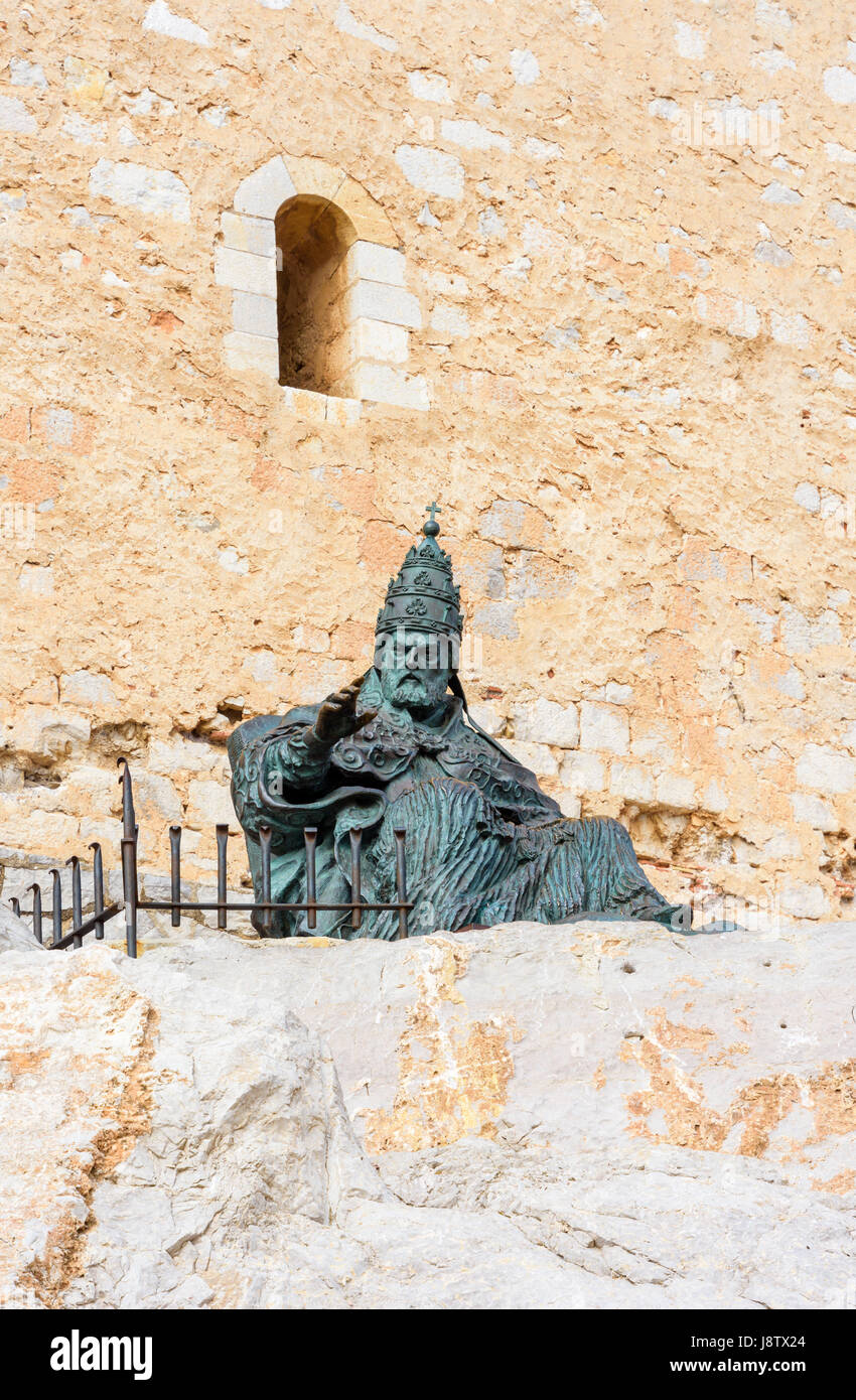 Bronze statue of the medieval Pope Papa Luna outside Papa Luna's Castle, Peniscola, Spain - Stock Image
