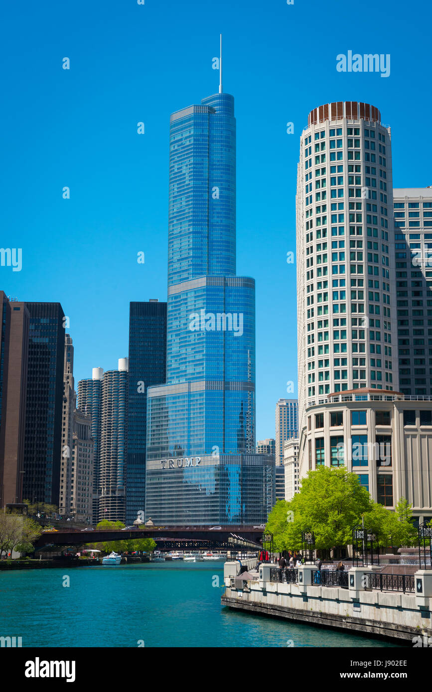 View Chicago River Illinois Near North Side Marina City Trump Tower skyscrapers reflection reflective glass mirror - Stock Image