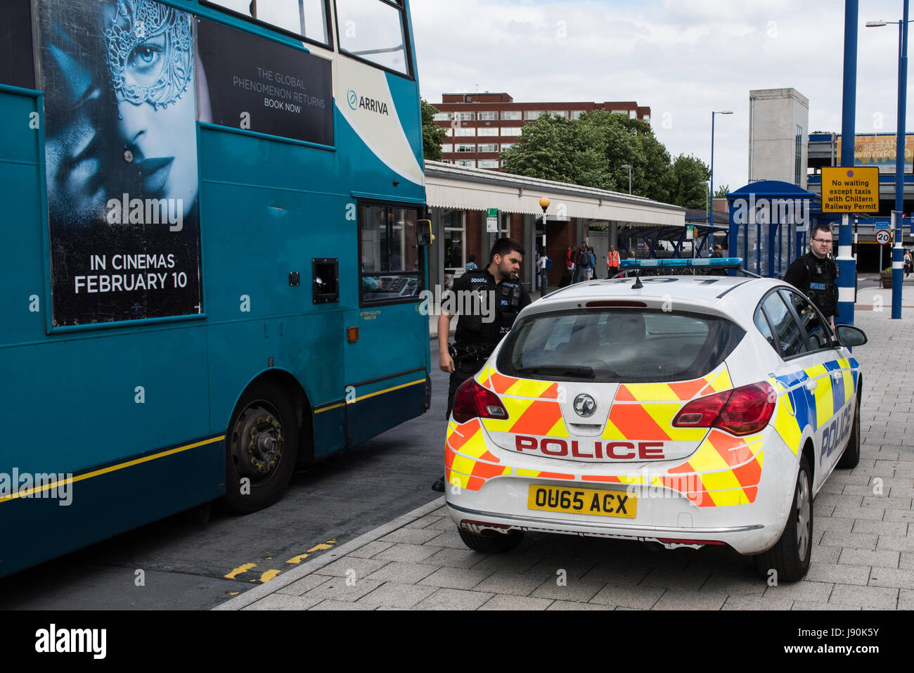High Wycombe, United Kingdom. 30th May, 2017. High Wycombe train station evacuated by Thames Valley Police firearms - Stock Image