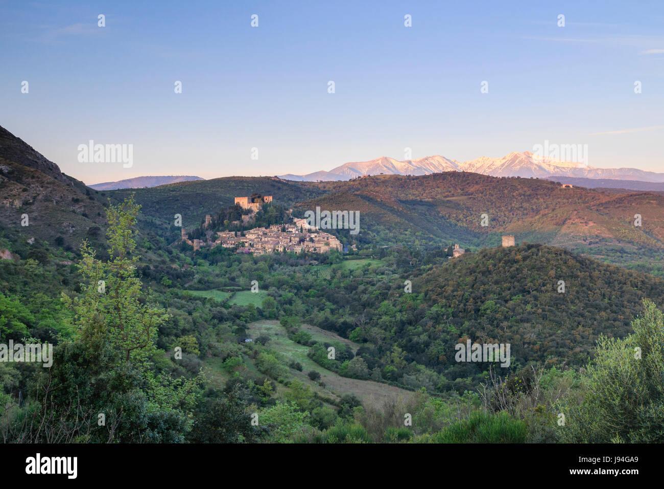 France, Pyrénées-Orientales (66), Castelnou, labellisé Les Plus Beaux Villages de France, et le Pic - Stock Image