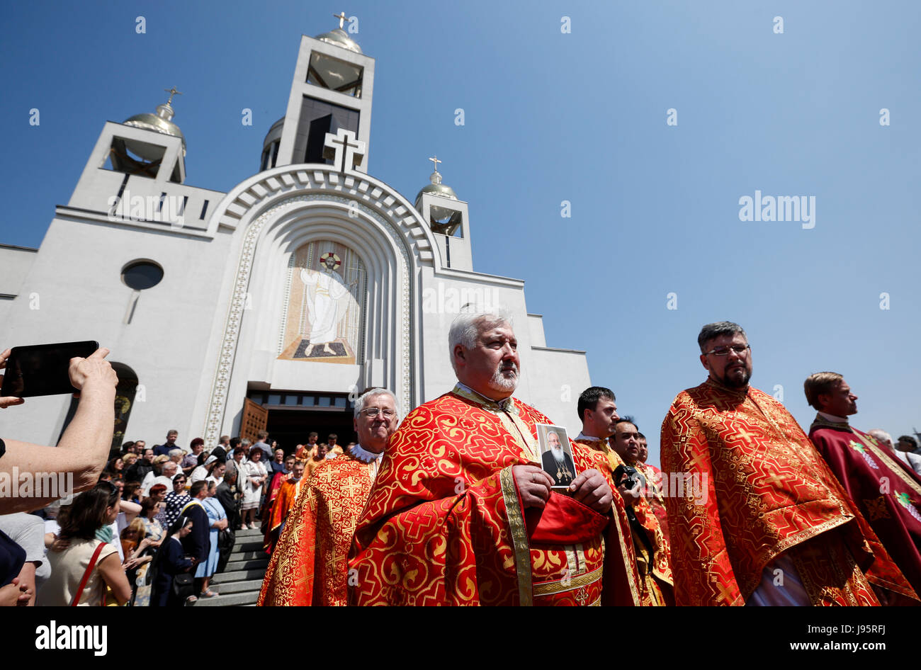 Kiev, Ukraine. 5th Jun, 2017. A priest carries the portrait of Lubomyr Husar during the ceremony. The former Head - Stock Image