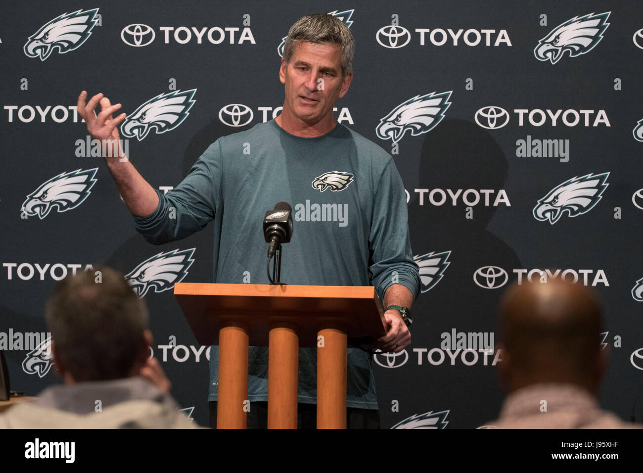 Philadelphia, Pennsylvania, USA. 5th June, 2017. Philadelphia Eagles offensive coordinator Frank Reich talks to Stock Photo