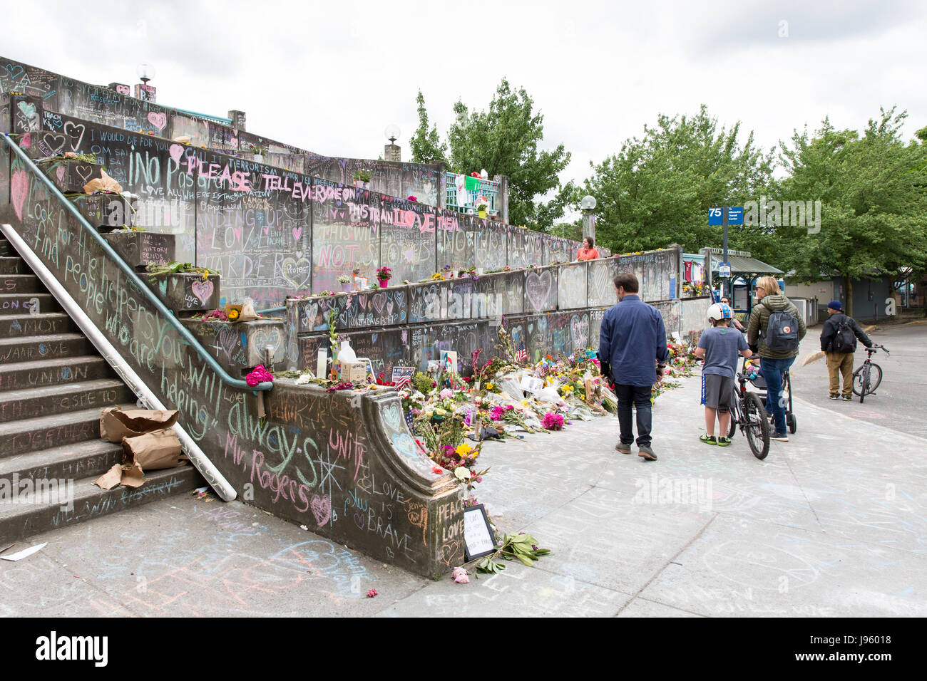Portland, United States. 04th June, 2017. Portland, Oregon: Visitors at the shrine to the fallen heroes of the fatal - Stock Image