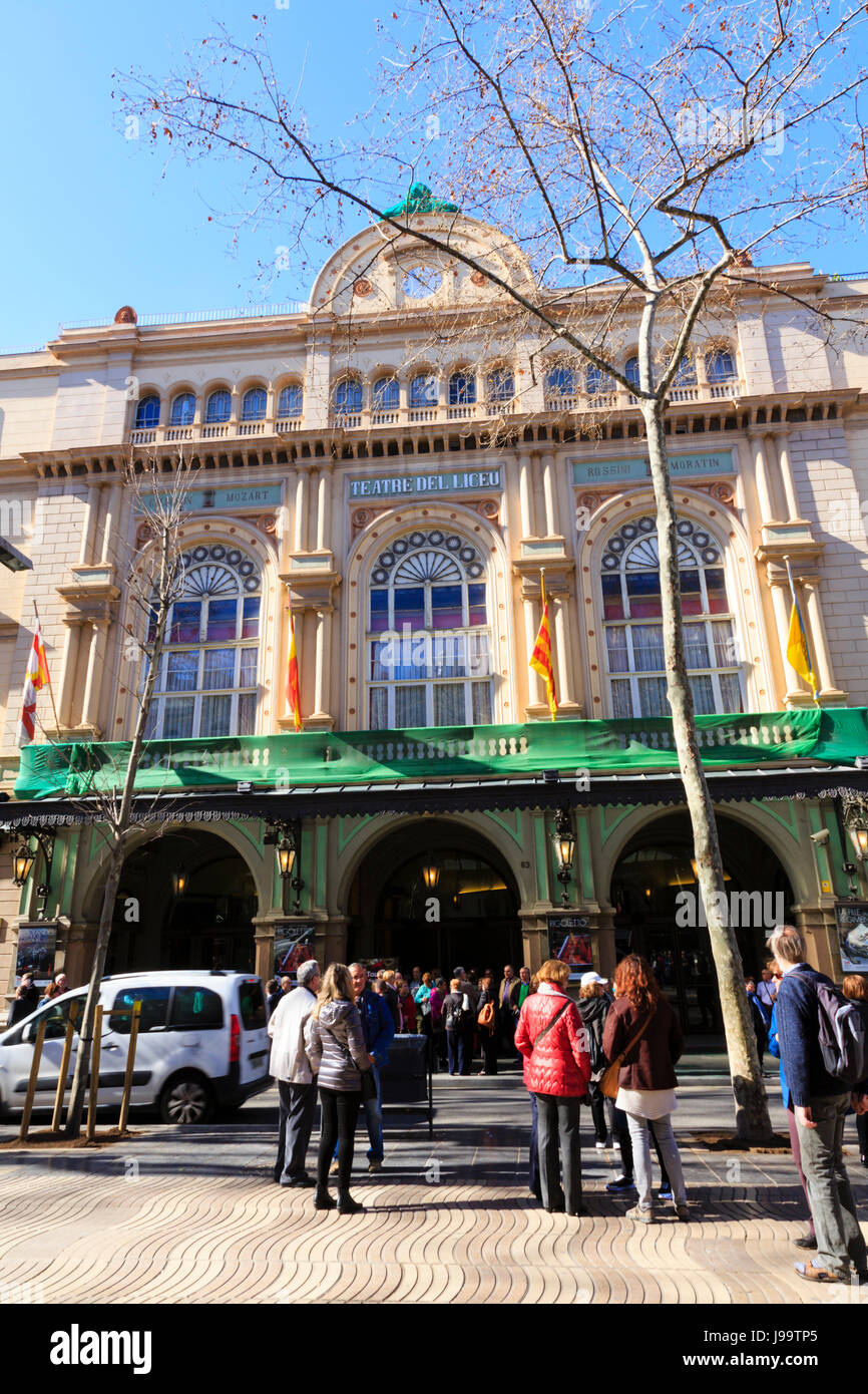 Crowds of tourists outside the Teatre del Liceu on La Rambla, Barcelona, Catalunya, Spain - Stock Image