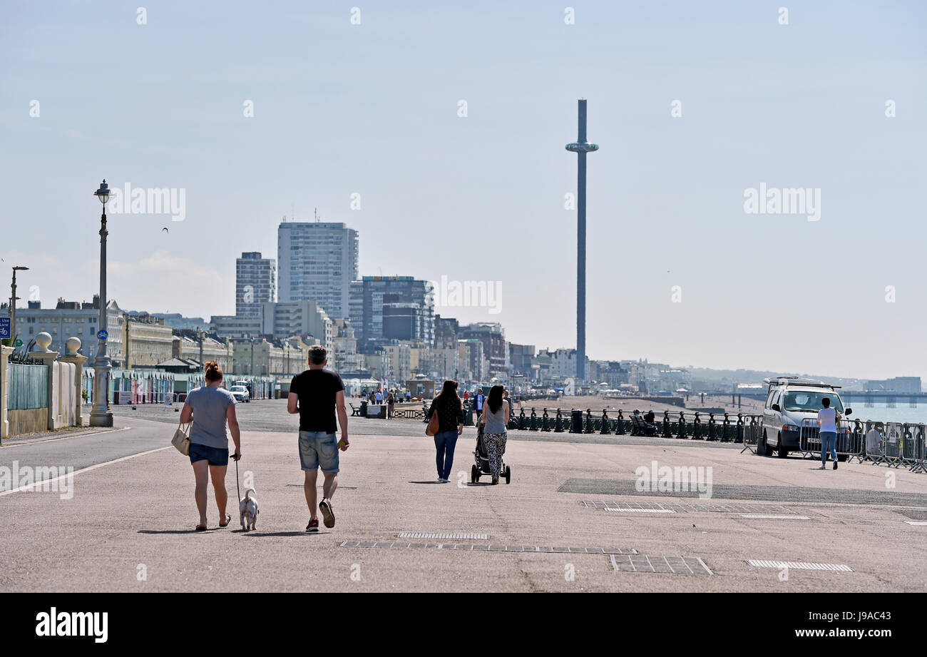 Brighton, UK. 1st June, 2017. Walkers enjoy the morning sunshine along Hove seafront with the Brighton BA i360 observation - Stock Image