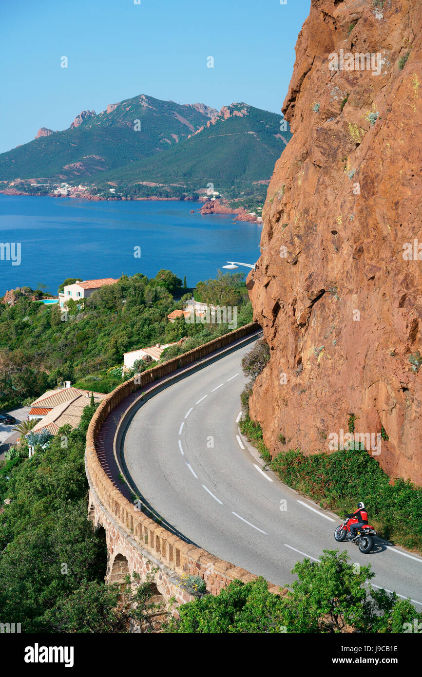 BIKER RIDING A RED DUCATI ON THE CORNICHE D'OR, A RENOWNED DRIVE FOR ITS SPECTACULAR BEAUTY. Théoule-sur - Stock Image