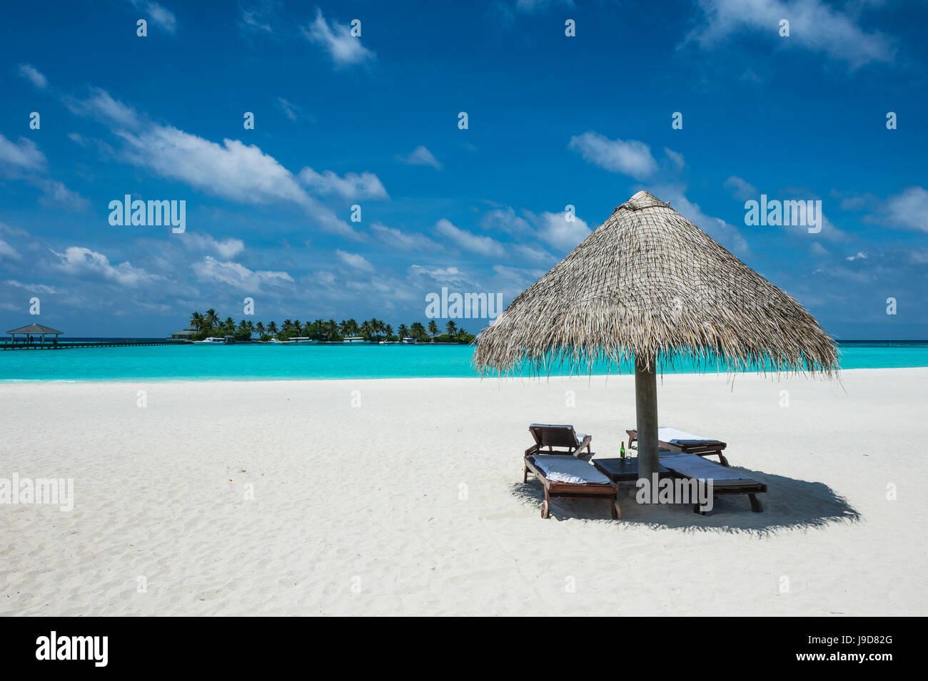 Parasol on a white sand beach and turquoise water, Sun Island Resort, Nalaguraidhoo island, Ari atoll, Maldives, - Stock Image