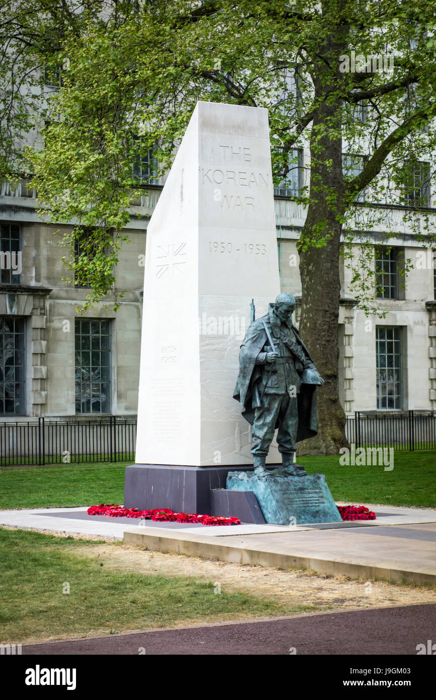 Korean War Memorial. Portland stone obelisk & bronze statue by the sculptor Philip Jackson, Victoria Embankment - Stock Image