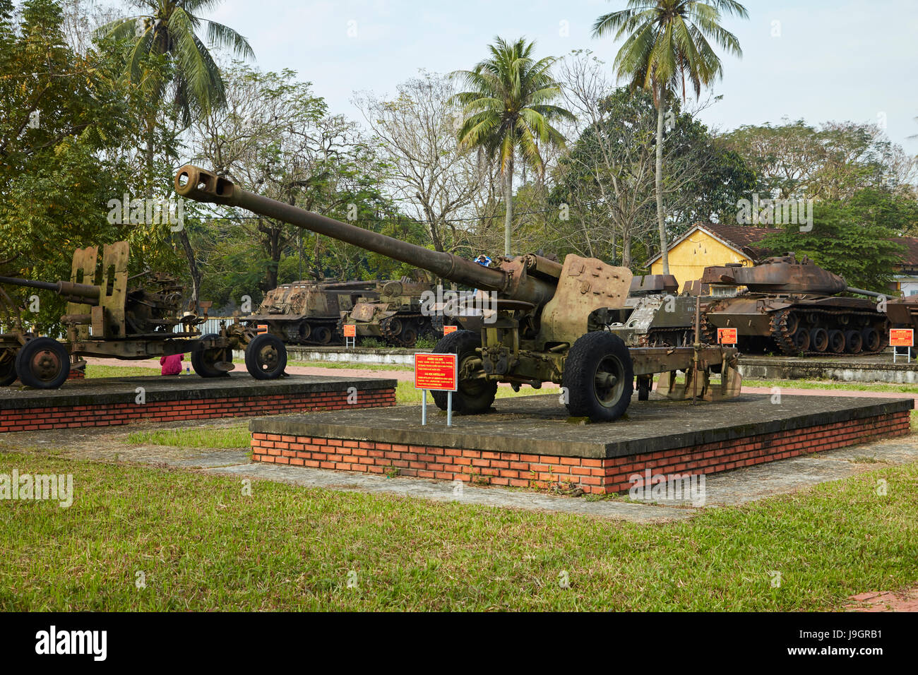 Soviet D-74 122 mm field gun, Military Museum, Hue, Thua Thien-Hue Province, North Central Coast, Vietnam - Stock Image