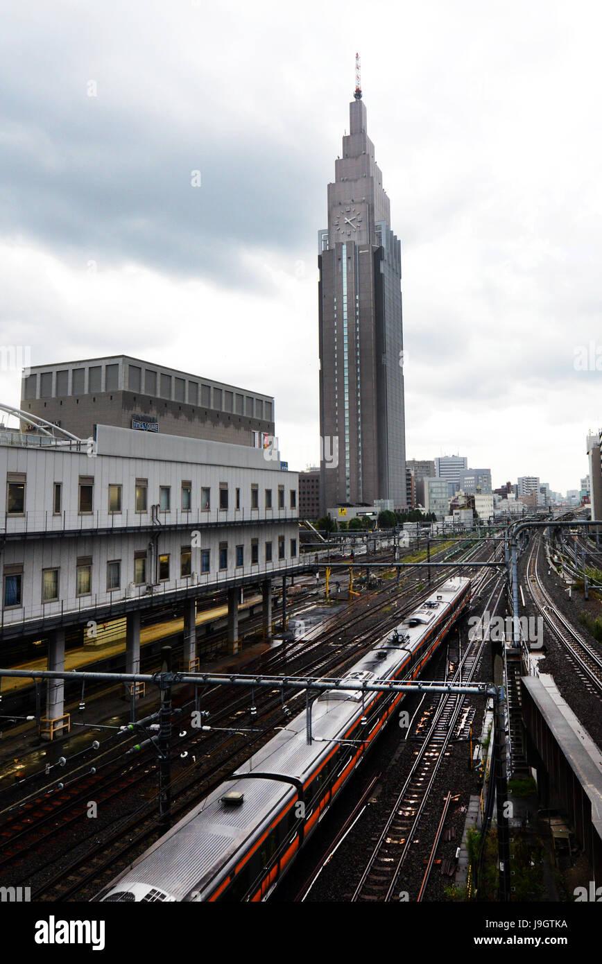 Trains in Shinjuku station in Tokyo. - Stock Image