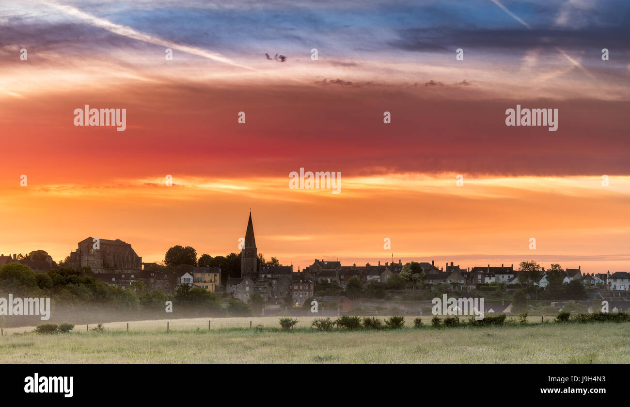 Malmesbury, Wiltshire, UK. 2nd Jun, 2017. UK Weather - After a cooler night, a colourful dawn sky over the Wiltshire Stock Photo