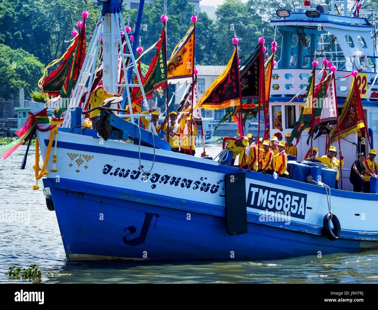 Samut Sakhon, Samut Sakhon, Thailand. 2nd June, 2017. Boats carrying the devotees of the City Pillar Shrine sail Stock Photo