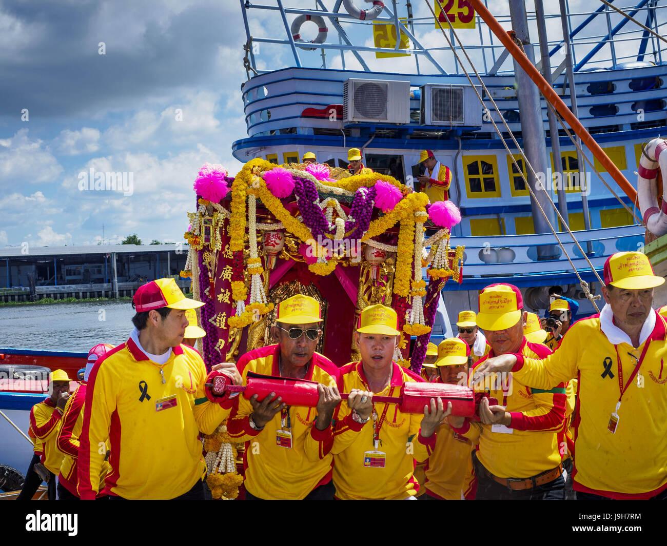 Samut Sakhon, Samut Sakhon, Thailand. 2nd June, 2017. The team carrying the City Pillar Shrine take the Shrine off Stock Photo