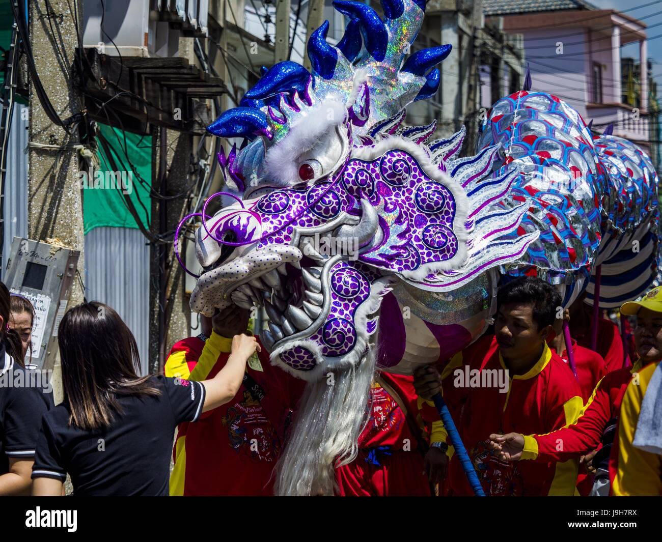 Samut Sakhon, Samut Sakhon, Thailand. 2nd June, 2017. Dragon dancers perform during the parade for the City Pillar Stock Photo